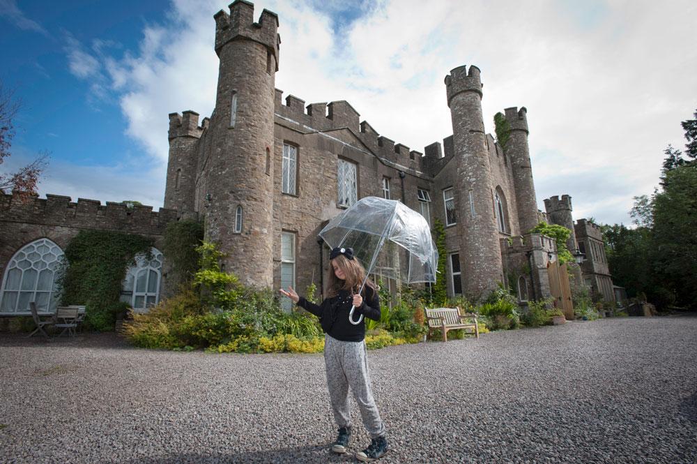 """Wieder mit Schirm, zwar bin ich hier nicht im Garten von Emilias Großmutter, aber ich bin in England, im Augill Castle. Das ist ein wunderschönes Hotel mitten im Lake District, quasi im """"Beatrice Potter Land"""". Und da ist es auch bei Regen schön! ;)"""