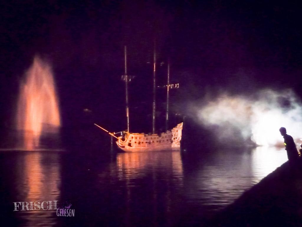Ein Spektakel wie zu Ludwigs Zeiten. Das Schiff wird versenkt und baut sich wie von selbst wieder auf.