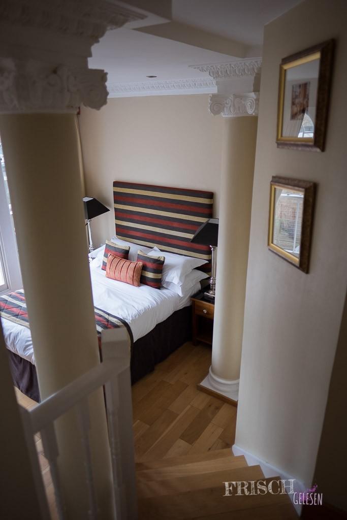 Das Zimmer war auf zwei Ebenen aufgeteilt und wunderschön…