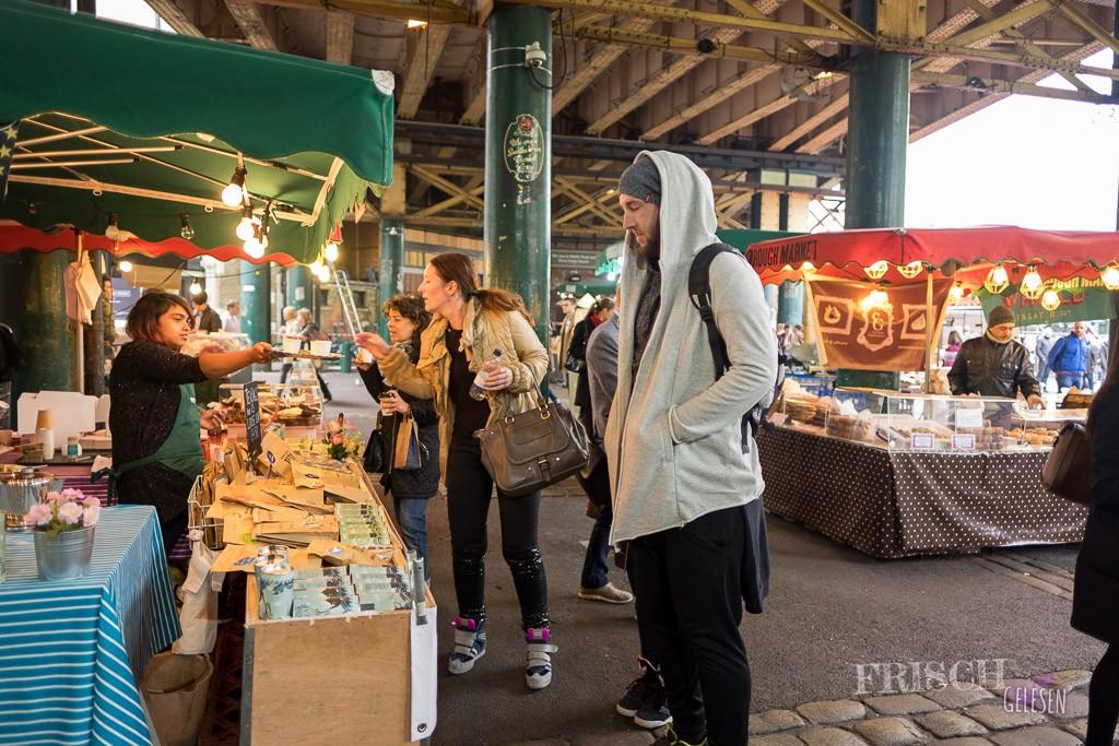 Der Borough Market ist auf jeden Fall sehenswert. Und überall gibt es leckeres Essen und Dinge zum probieren.