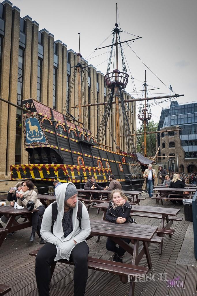 """Wir und die """"Golden Hinde"""", das Schiff vom berühmtesten Freibeuter Englands, Sir Francis Drake"""