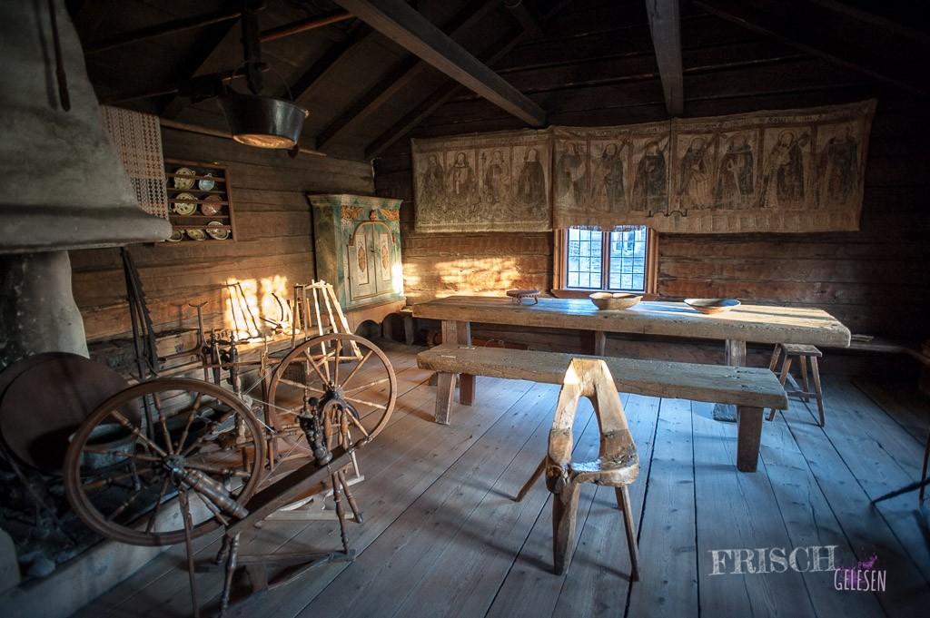 Innenansicht einer schwedischen Hütte im Skansen