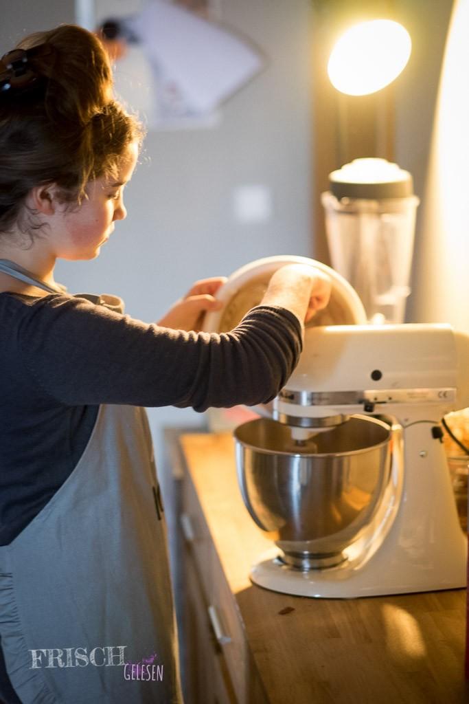 Mit unserer Kitchen Aid macht mir so etwas immer besonders viel Spass. Sie ist nicht nur gut, sondern wirkt so wahnsinnig professionell. Wenn ich ausziehe, kommt die mit. Das ist ja wohl mal klar!