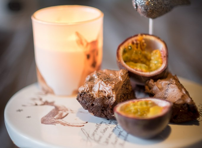 Ein bisschen Früchte auf dem Topping sehen nicht nur gut aus, sondern passen auch perfekt zum Schokoladengeschmack.