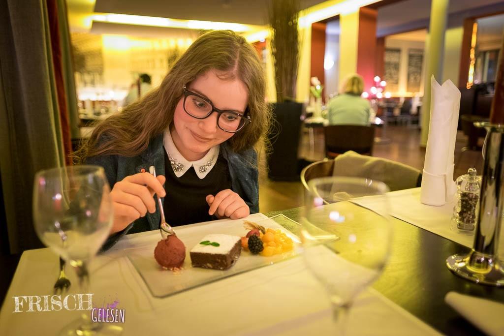 Hier bin ich schon beim Dessert: Ein warmer Brownie mit Cassis-Sorbet.
