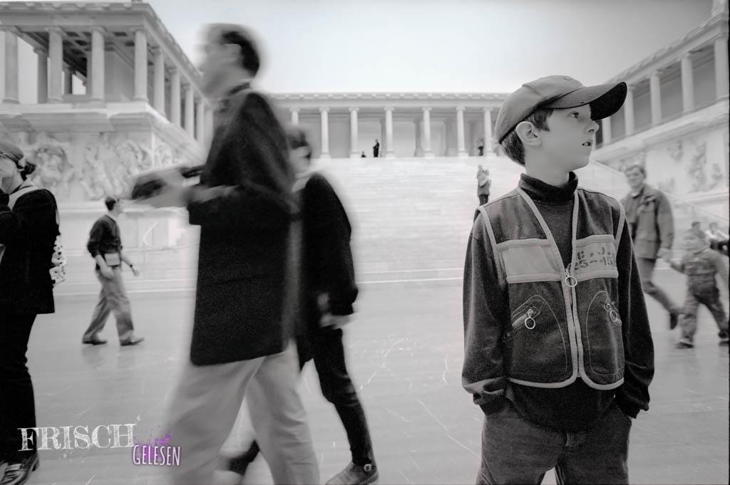 Nein, das ist hier nicht Paul vor dem Pergamonaltar in Berlin - sondern mein kleiner, süsser Bruder (damals als er noch klein und süss war!)