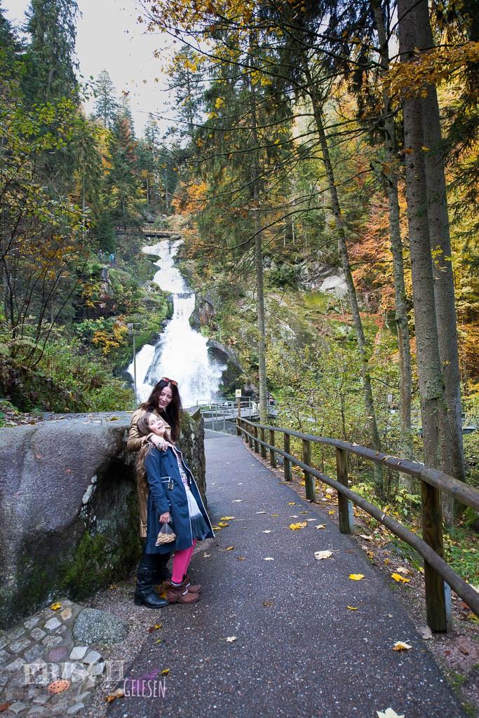 Schaut sich den höchsten Wasserfall Deutschlands in Triberg an.