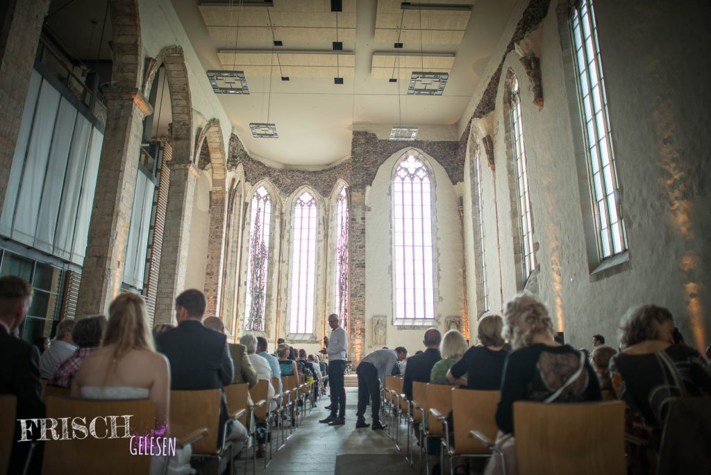 Das Licht und auch die Akustik ist sehr schön in dieser Kirche, nur die Sicht läßt zu wünschen übrig.