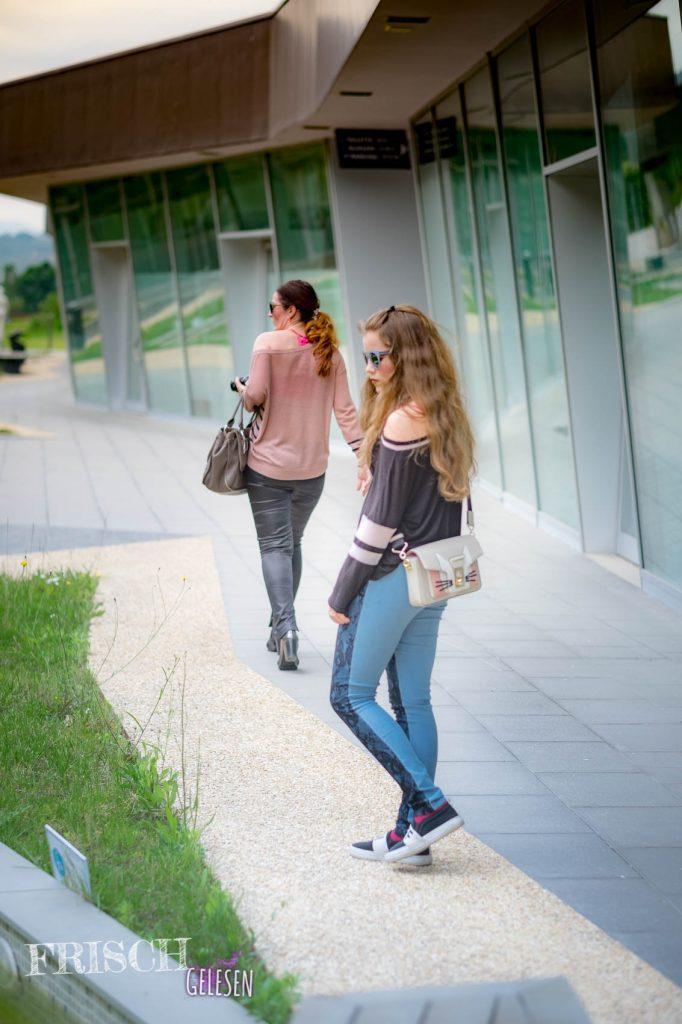 Mutter und Tochter gehen durch ein Shoppingcenter