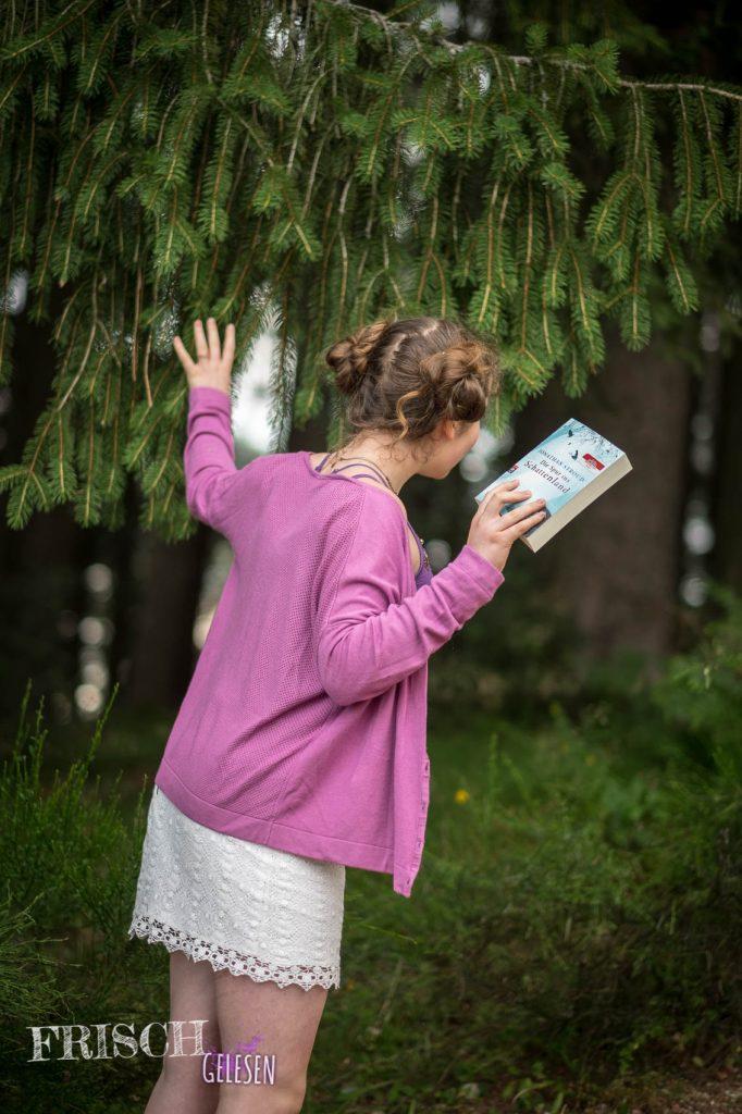 """Wer sich traut, kann Jonathan Strouds """"Die Spur ins Schattenland"""" auch im Wald lesen. ;)"""