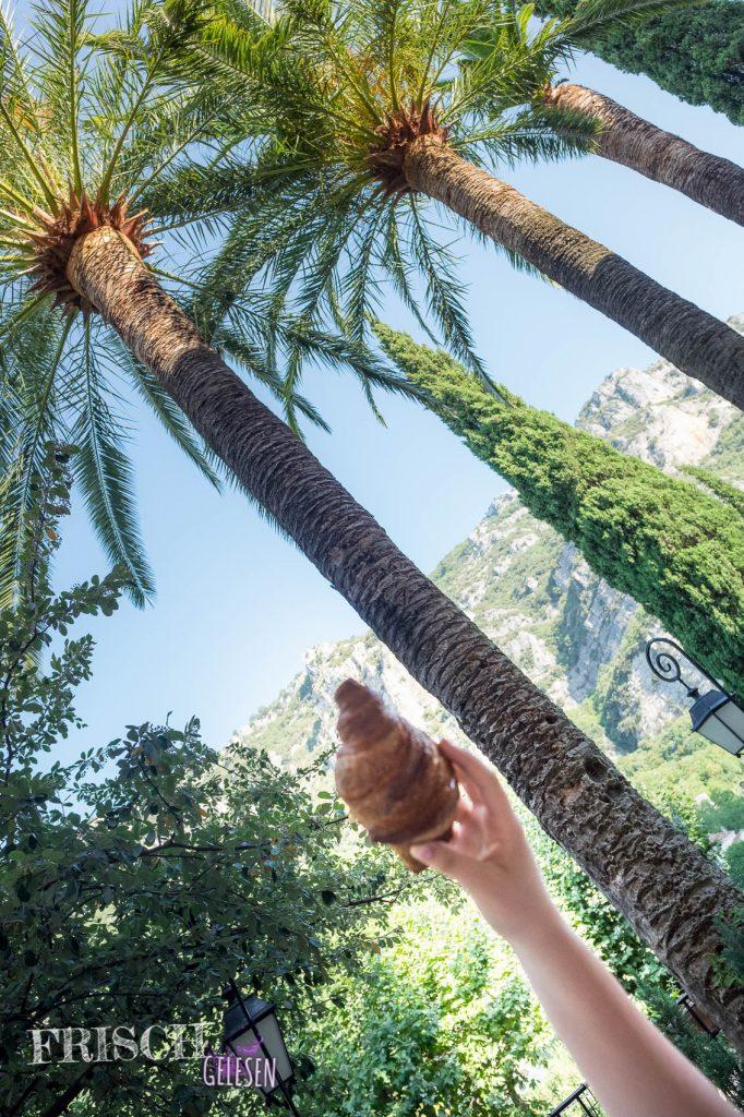 Und auch das hier war phantastisch! Suchbild aus Grasse: Findet das Croissant! Frühstück unter Palmen und ein Blick auf steile Felswände, besser kann ein Tag nicht beginnen.