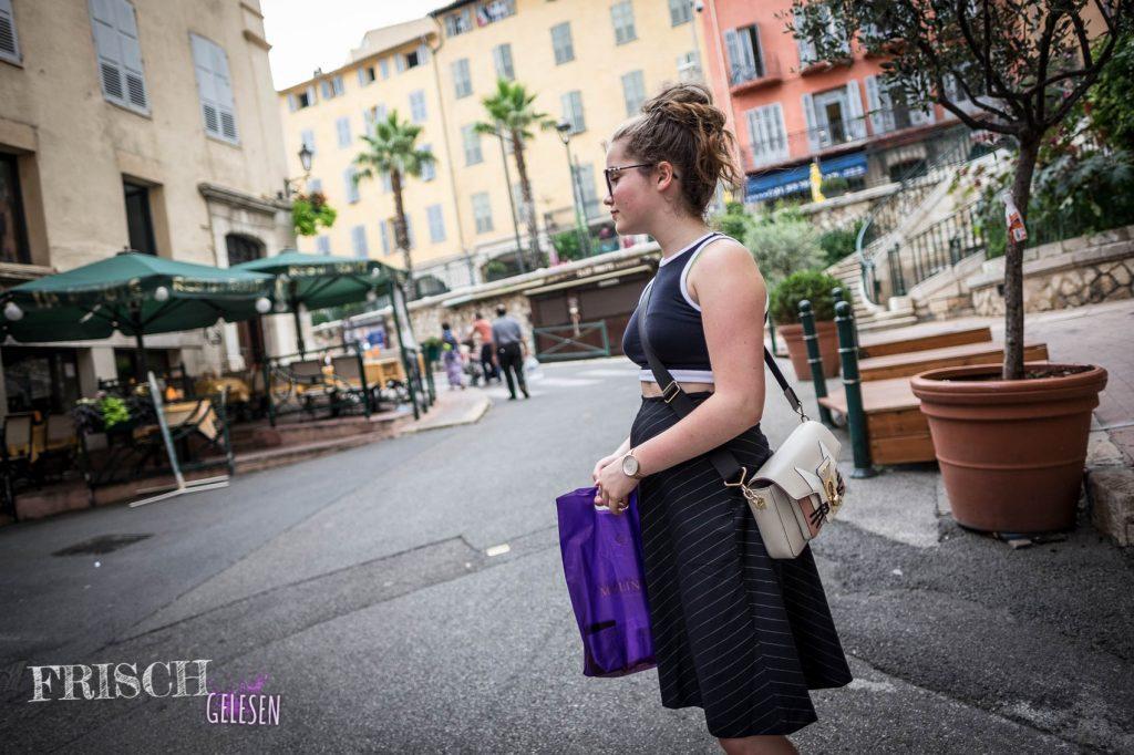 Oh, Charli hat bereits eine Tüte in der Hand. Was kauft man sich denn in der Parfümstadt Grasse? Verrate ich im nächsten Post.