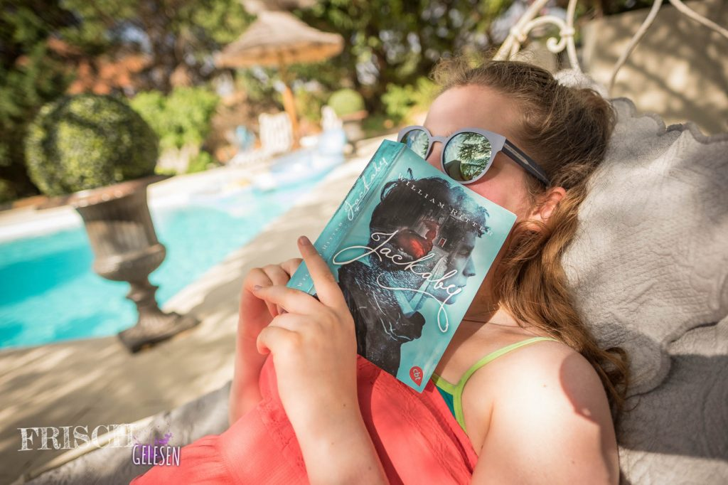 Schaut mal, die Farbe des Covers passt zum Pool im Hintergrund! :)