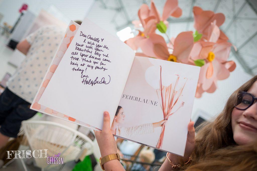 """Das Buch passte perfekt zur Blumendeko. Ein richtiger """"blickfang"""" eben. ;)"""