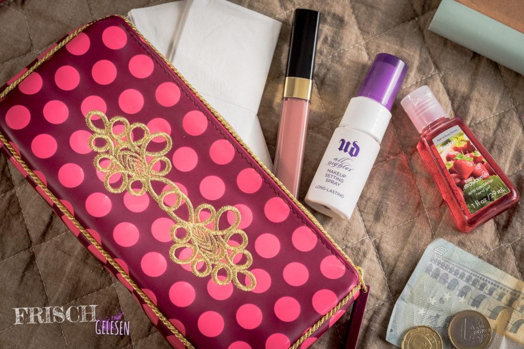 Lipgloss, Gesichtsspray, Taschentücher, Desinfektionsgel und Geld. Passt alles rein. ;)