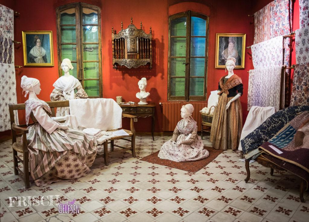 Frauen in traditioneller Kleidung der Provence