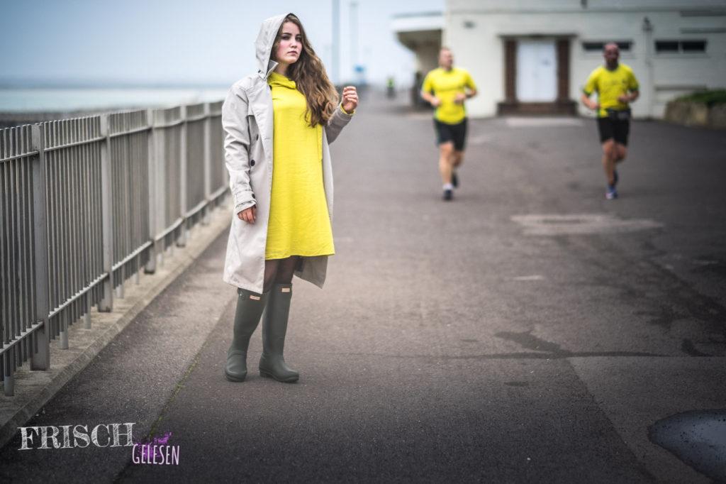 Meine Eltern sind in Ramsgate auch jeden Morgen am Meer gelaufen, aber sie hatten nicht so schöne gelbe Shirts.