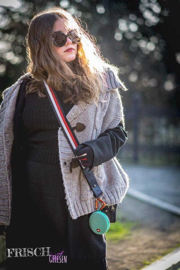 Ich habe hier meinen Poncho von Esprit einfach über meinem Winteroutfit getragen, das ersetzt eventuell sogar den Schal.