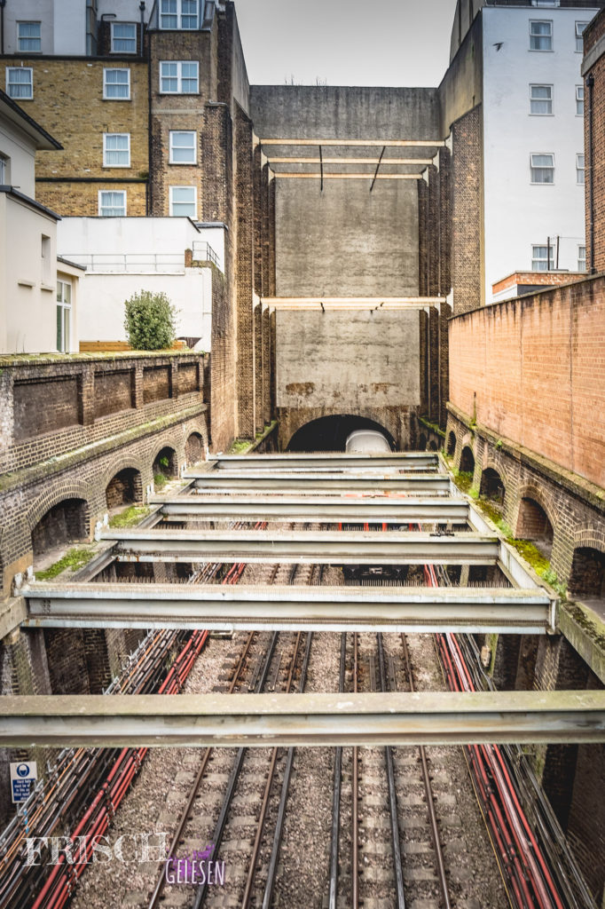 Die Londoner U-Bahn fährt mitten durch Notting Hill. Dank Leinster Gardens 23-24 sieht es keiner.